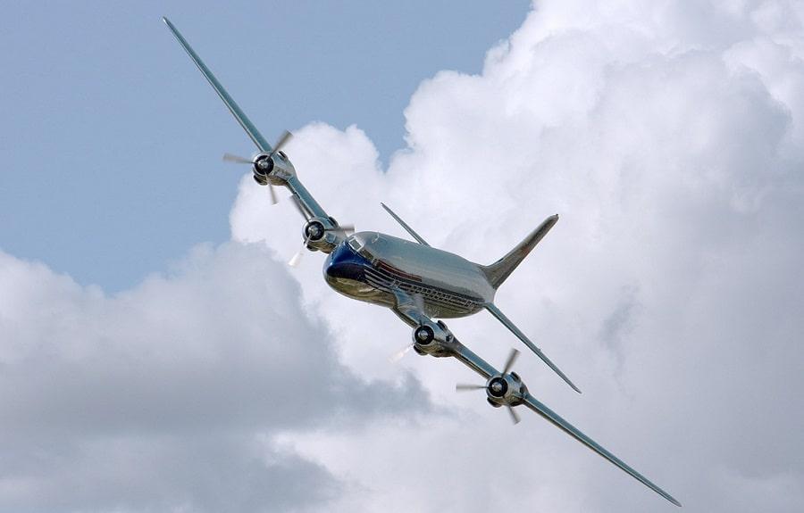 samolot lecący niebie